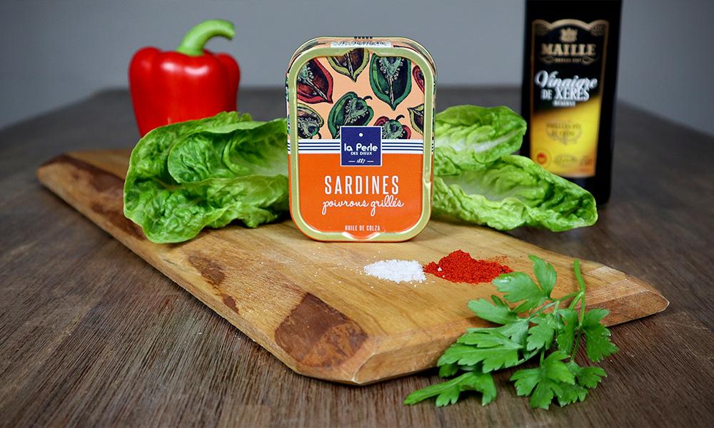 ingrediënten salade met geroosterde paprika en sardines